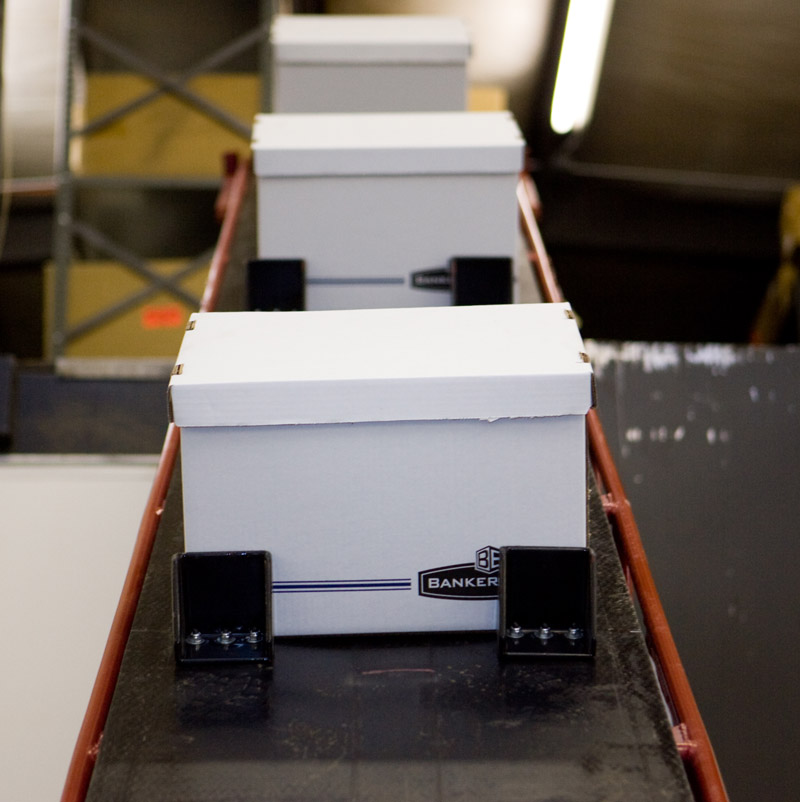 TR3-Series Conveyor moving boxes